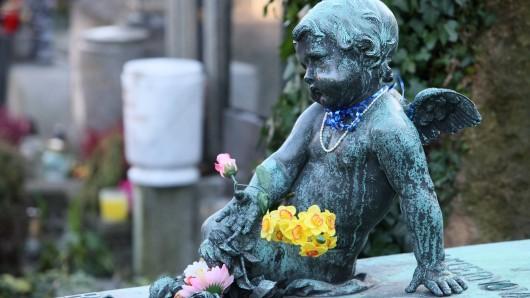 Viele Frauen glauben inzwischen nicht mehr, dass ihr Kind vor, während oder nach der Geburt in der DDR gestorben sei. Sie halten für möglich, dass ihr Kind nicht gestorben ist, sondern lebt und nicht über seine Herkunft informiert ist. (Symbolbild)