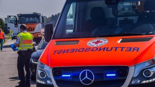 Vermutlich aufgrund eines medizinischen Notfalls kam der Fahrer eines Lkw mit seinem Fahrzeug von der Fahrbahn ab. (Symbolbild)