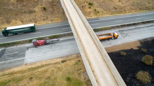 Sechs Tage nach dem verheerenden Lastwagen-Brand auf der A38 bei Berga dauern die Reparatur-Arbeiten auf der Fahrbahn in Richtung Leipzig noch immer an. Am Mittwoch soll der Verkehr wieder fließen. Jedoch nur eingeschränkt.
