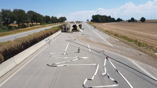 Bei einem Lkw-Unfall auf der A4 bei Schmölln ist am Freitagvormittag (27.07.2018) ein Mann schwer verletzt worden. Der Laster hatte Gasflaschen geladen. Die Autobahn wurde in beide Richtungen voll gesperrt.