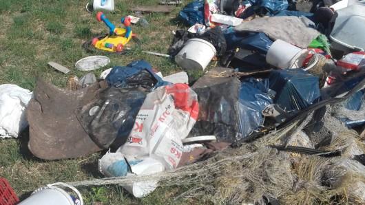 Gut eine Tonne Müll haben Unbekannte bei Erfurt-Stotternheim illegal entsorgt.