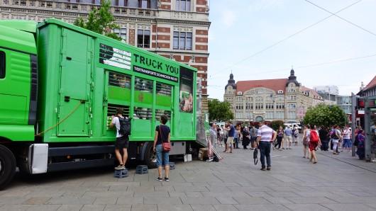 Tierrechtler präsentieren in einem umgebauten Tiertransporter, um über die Problematik und Folgen von Massentierhaltung und Tiertransporten aufzuklären. Am Mittwoch machte er auf seiner Tour auch Halt in Erfurt.