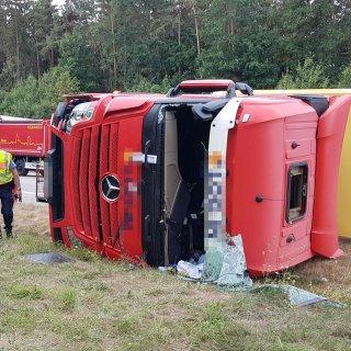 Nach einem Unfall auf der A9 bei Lederhose musste die komplette Fahrbahn stundenlang gesperrt werden. Aus bisher ungeklärter Ursach ist dort am Dienstagmittag ein Lkw gekippt. Fotos: Arne Schein