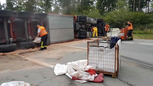 Nach einem Unfall auf der A9 bei Lederhose musste die Richtungsfahrbahn nach Berlin elf Stunden lang gesperrt werden. Aus bisher ungeklärter Ursache war dort am Dienstagmittag (14.08.2018) ein Lkw gekippt.