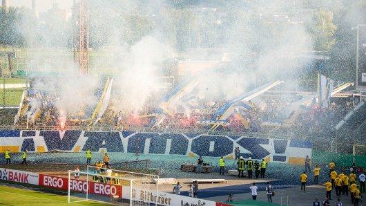 Choreografie der Fans im Ernst-Abbe-Sportfeld: Das Stadion war zum Spiel des FC Carl Zeiss Jena gegen Union Berlin im DFB-Pokal ausverkauft.
