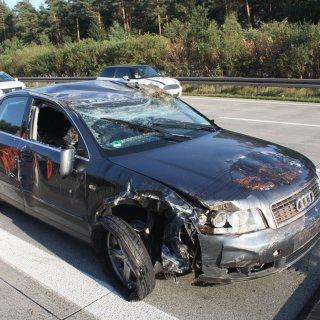 Das Auto der 40 Jahre alten Frau wurde in Mittelleitplanke gedrückt. Der Wagen des 28-Jährigen überschlug sich.