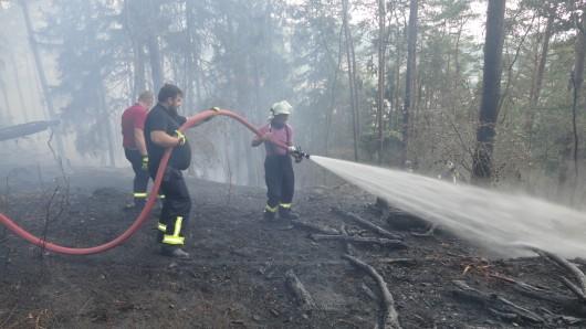 Im Eichfeld kämpfen die Einsatzkräfte bis zum Mittwochabend gegen ein Feuer, das sich über vier Hektar in einem Wald ausgebreitet hat.