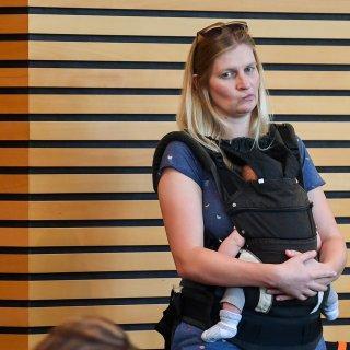 Die Abgeordnete Madeleine Henfling (Grüne) darf mit ihrem Baby vorerst wieder in das Plenum des Thüringer Landtags. (Archivfoto)