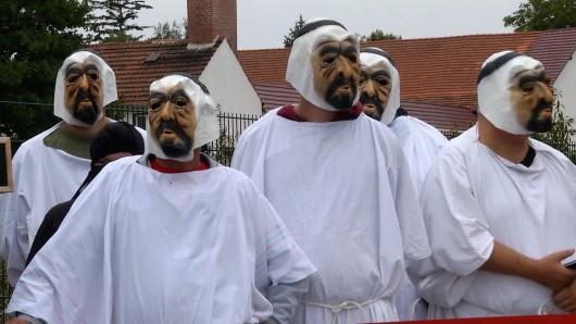 Mit Masken und lauter Musik zogen die Demonstranten durch Erfurt-Marbach.