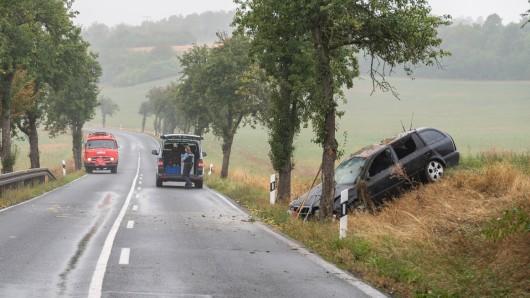Bei einem Unfall zwischen Neumark und Vippachedelhausen im Weimarer Land sind am Montagmorgen drei Menschen schwer verletzt worden. Foto: Stefan Eberhardt