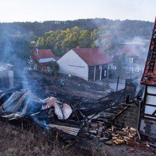 Beim Brand einer Scheune im Kreis Hildburghausen ist am Dienstag (18.09.2018) ein Mensch ums Leben gekommen. Der in Henfstädt entstandene Sachschaden wird gegenwärtig auf mindestens 100.000 Euro geschätzt. Die Identität der oder des Toten ist noch unklar.