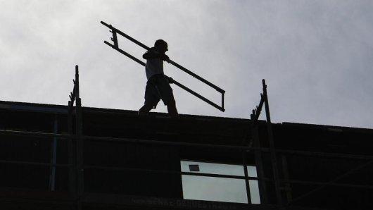 Ein Arbeiter ist in Erfurt von einem Gerüst in neun Meter Höhe gestürzt. (Symbolbild)