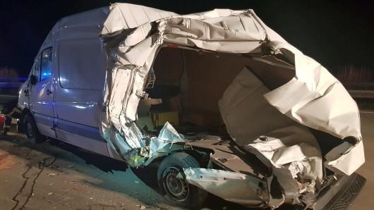 Auf der A9 in Richtung Berlin ist ein Lastwagen ungebremst in einen Transporter gerast und hat ihn gegen die Betonmauer gedrückt. Die Autobahn wurde für eine Stunde voll gesperrt.