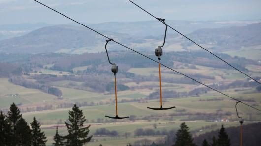 Die Wasserkuppe. Auf der mit 950 Metern höchsten Erhebung in Hessen ist derzeit kein Wintersport möglich.