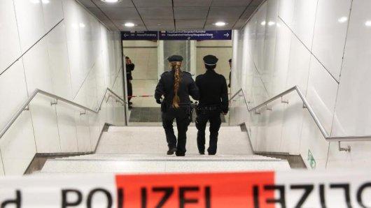 Fußballfans sind am Saalfelder Bahnhof einer Gruppe teils vermummter Angreifer zum Opfer gefallen. die Polizei sucht dringend Zeugen. (Symbolbild)