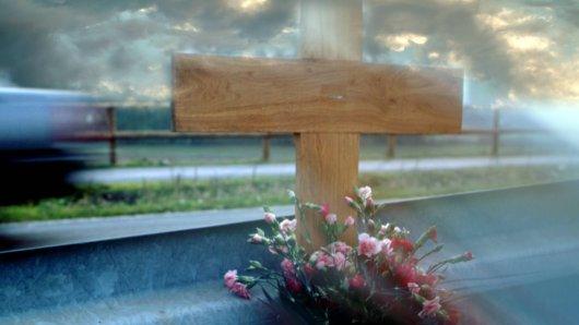 Ein Radfahrer ist nach einem Unfall im Krankenhaus gestorben. Die Polizei sucht Zeugen, um den Unfallhergang zu klären. (Symbolbild)