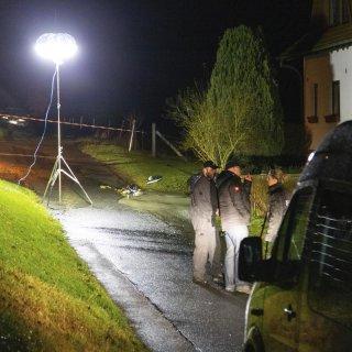 Einsatzkräfte der Polizei sind nach einer Schießerei im Einsatz. Nach einem Schusswechsel mit der Polizei ist in Thüringen ein Mann gestorben. Die Schüsse waren am Sonntag während eines Einsatzes in der Gemeinde Rosa im Landkreis Schmalkalden-Meiningen gefallen.