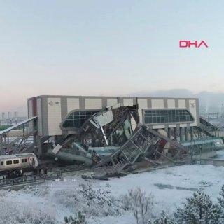 Das Videostandbild zeigt mehrere beschädigte und entgleiste Wagons an einem Bahnhof in Ankara. Gegen 6.30 Uhr Ortszeit war nahe der Station Marsandiz ein Schnellzug mit einer Lokomotive zusammengestoßen.