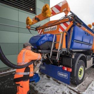 Ein Winterdienstfahrzeug wird in der Autobahnmeisterei Zella-Mehlis mit Lauge befüllt.