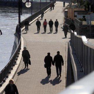 Spaziergänger genießen die Wintersonne an der Elbe in Magdeburg (Sachsen-Anhalt).