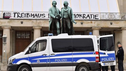 Ein Polizeifahrzeug steht vor dem Deutschen Nationaltheater mit dem Goethe-Schiller-Denkmal auf dem Theaterplatz. Hier kam am 6. Februar vor 100 Jahren die Nationalversammlung erstmals zusammen. Auf den Tag genau ist ein großer Festakt mit Bundespräsident, Bundeskanzlerin, Bundestagspräsident und den Ministerpräsidenten der Bundesländer geplant.