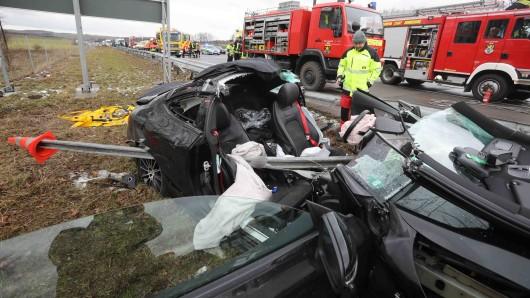 Der 26 Jahre alte Fahrer war schwer verletzt in dem Wrack eingeklemmt.