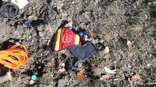 Ein Hundegeschirr der Rettungshundestaffel Ostthüringen des ASB liegt auf der Autobahn 9 bei Hermsdorf. Eine 35 Jahre alte Frau ist mit ihren Rettungshunden im Auto bei einem Unfall auf der Autobahn 9 bei Hermsdorf schwer verletzt worden. Einer der Hunde wurde überfahren und starb.