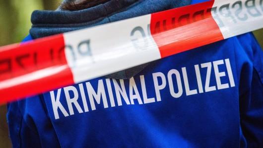Die Polizei hat den Tatort in Altenburg in Thüringen abgesperrt.