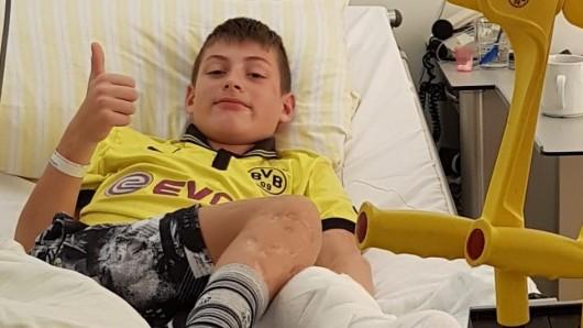 Simon (12) spielt leidenschaftlich Fußball - trotz Prothese. Er spielt für den VfB Grün Weiß 1990 Erfurt und ist Fan von Borussia Dortmund.
