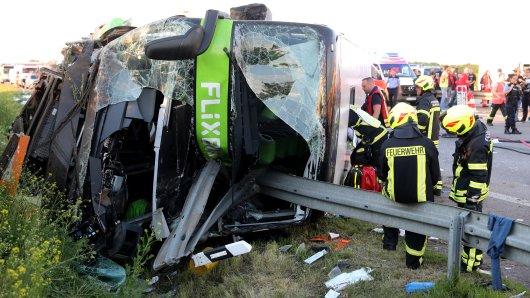 Bei einem schweren Unfall mit einem Flixbus sind auf der Autobahn 9 nahe Leipzig mindestens ein Mensch getötet und zahlreiche Menschen verletzt worden.