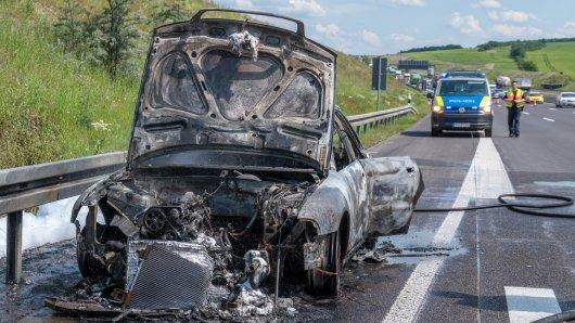 In Thüringen ist auf der A4 bei Jena Magdala am Dienstagmittag ein Auto vollkommen ausgebrannt.