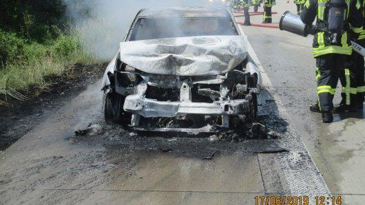 Der Fahrer konnte sich gerade noch rechtzeitig aus dem Wagen retten.