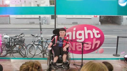Carl Josef (14) sitzt im Rollstuhl. Mit seinem Humor begeistert er derzeit Millionen.