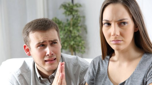 Eine Frau aus den Vereinigten Arabischen Emiraten fordert die Scheidung von ihrem Mann, weil er sie zu sehr liebt. (Symbolfoto)