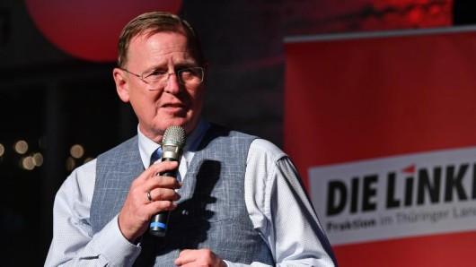 Bodo Ramelow (Linke), Ministerpräsident von Thüringen, steht auf einer Bühne und hält eine Ansprache.