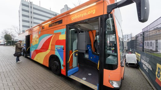 """In Hamburg ist ab sofort ein umgebauter Linienbus als """"Duschbus"""" für Obdachlose unterwegs."""