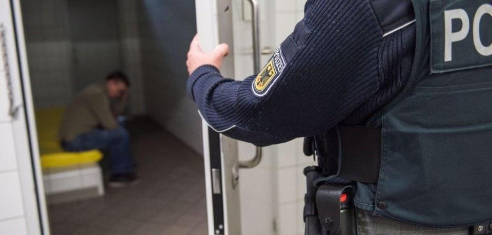 Hilfesuchend ging der Mann in Jena zur Polizei. Doch das musste er bitter bereuen.