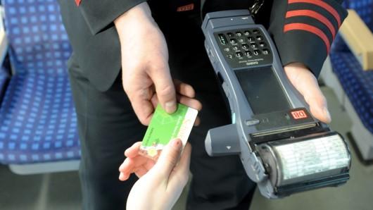 Fahrkartenkontrolle bei München: Ein Mann gibt dabei eine seltsame Personalie an. (Symbolbild)
