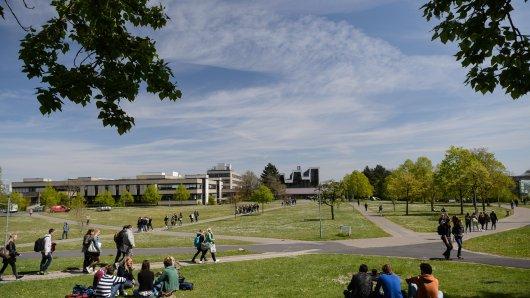 Ein Start in das anstehende Sommersemester 2020 ist auch in diesen ungewöhnlichen Zeiten möglich: Die Uni Würzburg arbeitet daran, den zum Semesterstart wahrscheinlich eingeschränkten Präsenzunterricht auf attraktive Online-Alternativen umzustelIen und digitale Lehr- sowie Lernangebote für alle Studiengänge anzubieten.