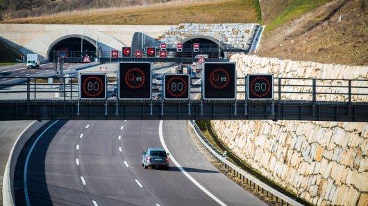 Wegen eines brennenden Autos war der Jagdbergtunnel bei Jena am Mittwoch zu. (Symbolbild)