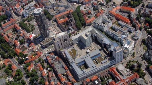 Blick auf das Stadtzentrum der Saalestadt Jena mit dem Jentower am Eichplatz (M.), der Stadtkirche Sankt Michael (l. dahinter) und dem Ernst-Abbe-Platz mit dem Campus der Universität (vorn). (Archivfoto)