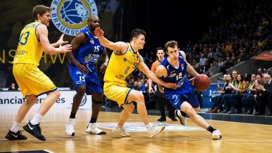 Science City Jena unterlag den Basketball Löwen Braunschweig am Freitag (05.01.2018) denkbar knapp. Im Bild: Skyler Bowlin (Jena) am Ball gegen Zygimantas Janavicius (Braunschweig).