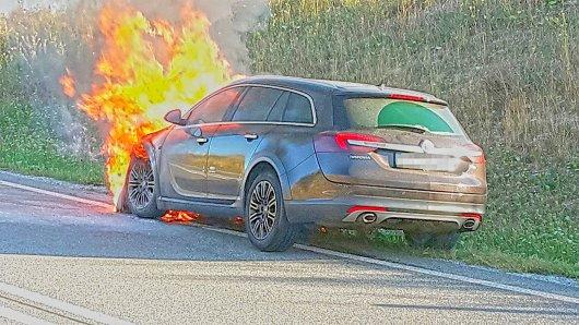 In letzter Minute konnte sich am Montag (06.08.2018) ein Autofahrer aus einem brennenden Auto auf der A4 zwischen Weimar und Jena retten.