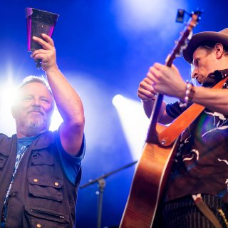 Axel Prahl (l.) und Alexander Scheer am Samstag (18.08.2018) in der Kulturarena Jena. Andreas Dresen, Prahl und Band sorgten für Musik, bevor der Film Gundermann Premiere feierte.