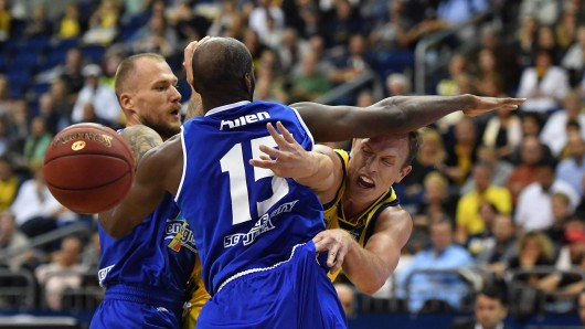 Luke Sikma (ALBA), mit Ball, vorne Derrick Allen (Jena), links Martynas Mazeika (Jena), ALBA Berlin - Science City Jena Basketball, easy Credit BBL , Herren, men, Saison 2018/2019 Berlin, 29.9.2018 , Mercedes-Benz Arena
