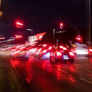 Ein junger Autofahrer stand in Jena eine Ewigkeit vor einer grünen Ampel und fuhr einfach nicht los.