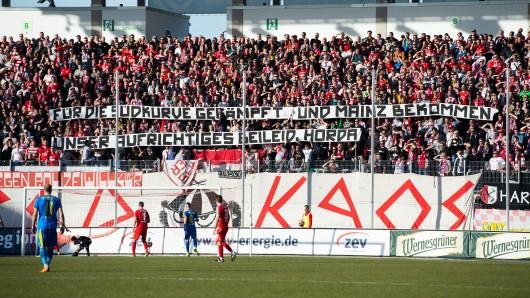 Dieses Transparent holten die Fans des FSV Zwickau im Spiel gegen Carl Zeiss Jena raus.