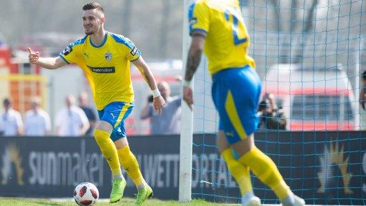 Maximilian Wolfram freut sich über den Führungstreffer für FC Carl Zeiss Jena gegen Energie Cottbus.