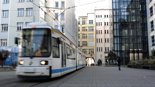 Nach Angaben des Jenaer Nahverkehrs sind die alten Bahnen über 26 Jahre alt und zwei Millionen Kilometer gefahren.