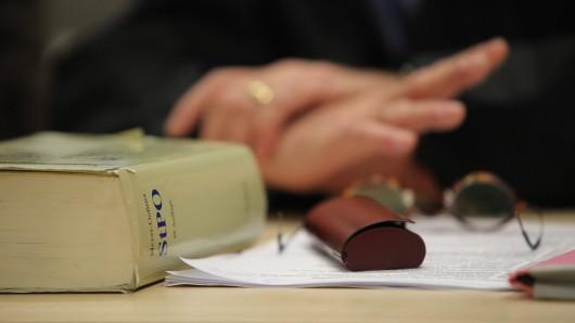 Eine 21-Jährige aus Jena muss sich vor Gericht wegen versuchten Mordes verantworten. Jetzt ist das Urteil gefallen. (Symbolbild)